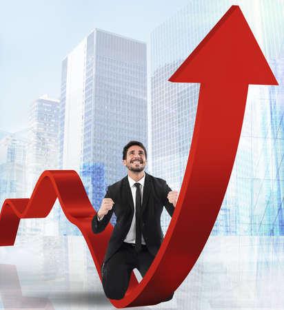 en mont�e: Homme d'affaires exulte sur une fl�che rouge vers le haut Banque d'images