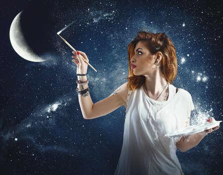 소녀는 달과 별을 그립니다 스톡 콘텐츠