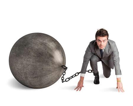 hombre de negocios: Hombre atrapado en un desafío por un obstáculo