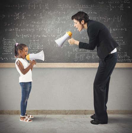 Kind en leraar schreeuwen op de megafoon