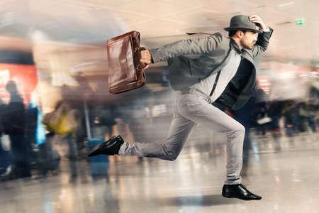 caras emociones: Hombre turística Late corre rápido en el aeropuerto