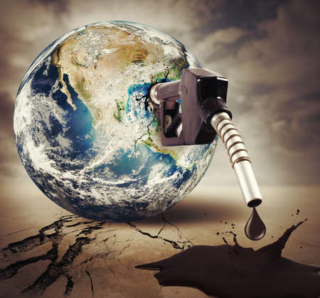 mundo contaminado: Concepto de combustible da�os. Tierra proporciona la NASA Foto de archivo