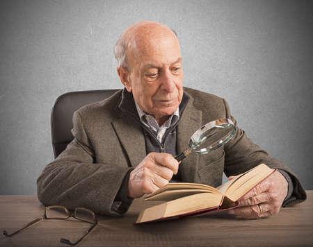 老人は、彼の知識と文化を深める