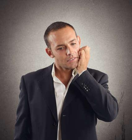 interrogative: El hombre de negocios estresado y bajo tensi�n hasta que los resultados