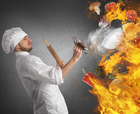 Cook est réparé par des flammes et de la nourriture Banque d'images - 42868738