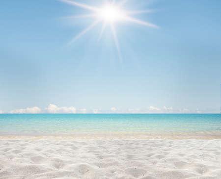 Achtergrond van wit zand en een heldere zee