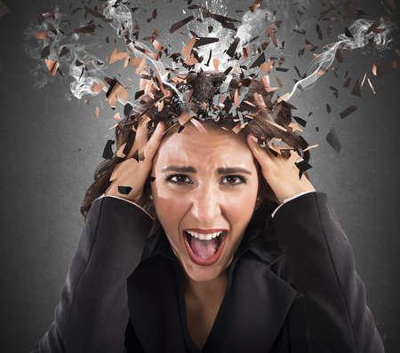 mujer decepcionada: Empresaria gritando con su cabeza en el humo