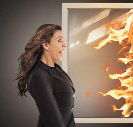 女人打开窗户并进入火焰