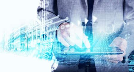 Empresário usando um tablet com o gráfico do modelo