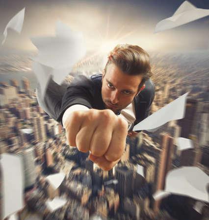 スーパー ヒーローのような都市の上を飛んでの実業家
