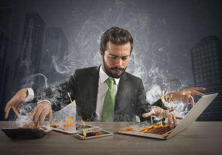 estrés: Hombre de negocios tensionado trabajo rápidamente con muchos equipo