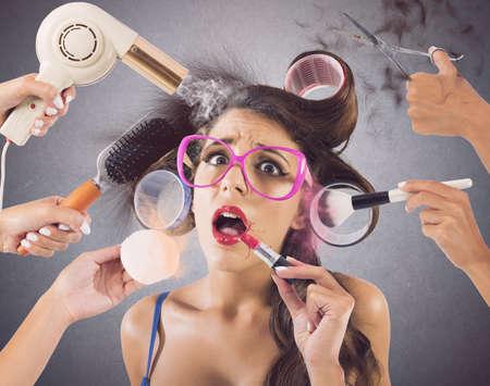 lipstick: Chica destacó por manos que usan maquillaje