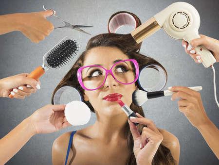 Dívka tvořeny a coiffed mnoha rukama Reklamní fotografie