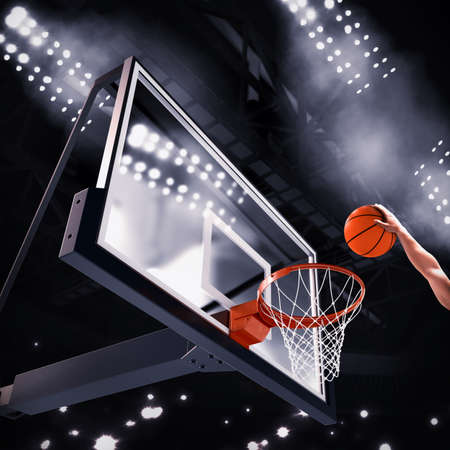 pista baloncesto: Jugador lanza la pelota en la canasta