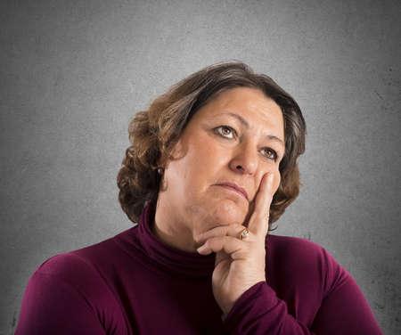 interrogative: Retrato de una mujer que piensa en problemas Foto de archivo