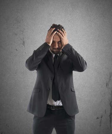 desesperado: Hombre de negocios agotado Desesperado con la cabeza en las manos Foto de archivo