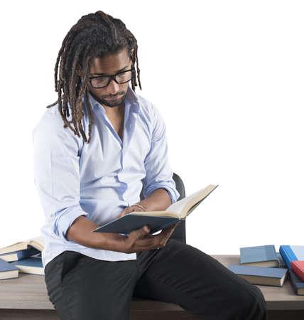 cognicion: Maestro lee los libros interesantes antes de la clase