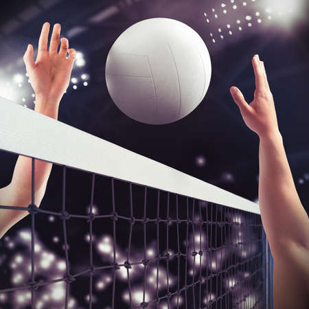 Balón de voleibol sobre la red durante el partido