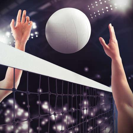 Volejbalové míče přes síť v průběhu zápasu