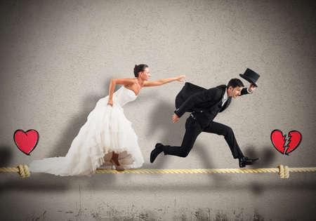Man flyr från hustru på ett rep Stockfoto