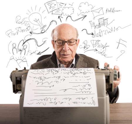 persona escribiendo: Anciano escribe sus proyectos con máquina de escribir Foto de archivo