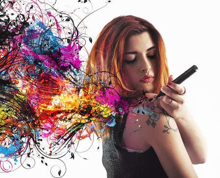 tatouage fleur: Fille dessine un tatouage sur son bras Banque d'images