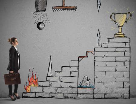 konzepte: Geschäftsfrau vor Treppe mit Hindernissen