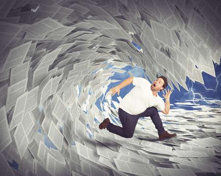 Mann läuft weg von Wellen der Blätter
