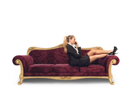 persona sentada: El éxito de negocios hablando por teléfono en el sofá Foto de archivo