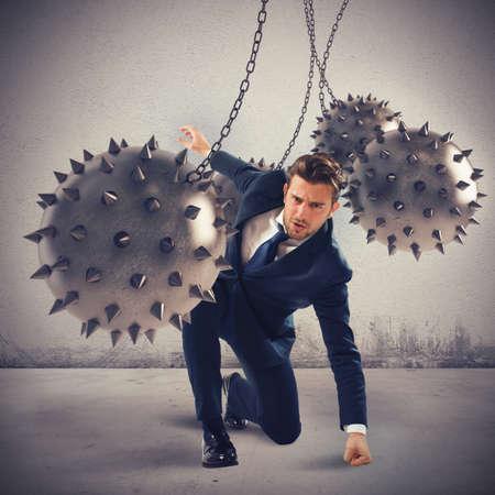 feroz: Empres�rio entre bolas de picos ferozes que dificultam Banco de Imagens