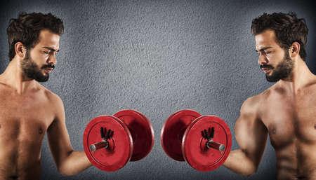 levantar pesas: Hombre delgado se compara con un hombre musculoso