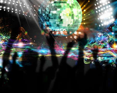 fiestas discoteca: Siluetas de muchas personas bailando en el club nocturno Foto de archivo