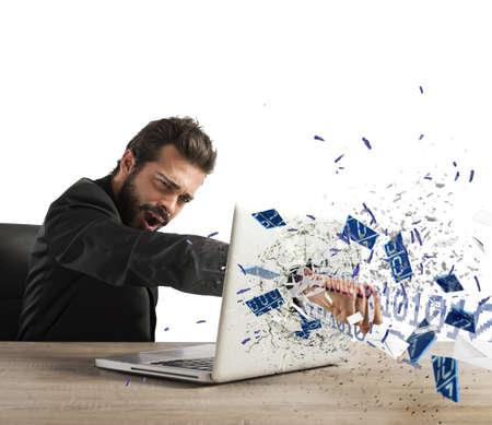 personas enojadas: Hombre de negocios enojado rompe el PC en la oficina Foto de archivo