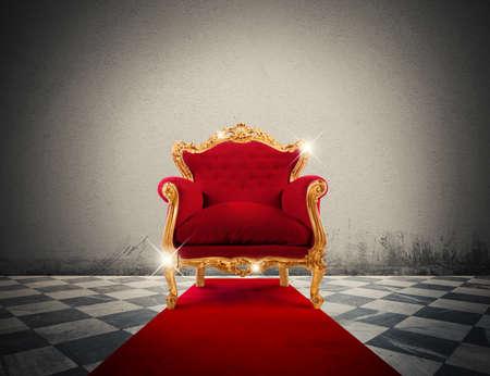 Fonkelende gouden fauteuil in een rode loper