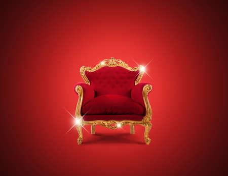 Luxusní šumivé zlaté křeslo a červené sametové Reklamní fotografie