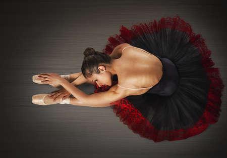 ウォーム アップ ポイントとチュチュの古典的なダンサー 写真素材