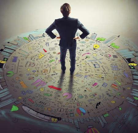 estadisticas: Hombre de negocios piensa en el boceto de negocios del mundo
