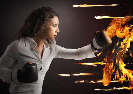 Vastberaden vrouw met bokshandschoenen bestrijdt brand
