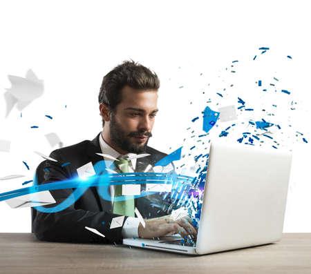 speed: Empresario trabaja y se comunica con su computadora portátil