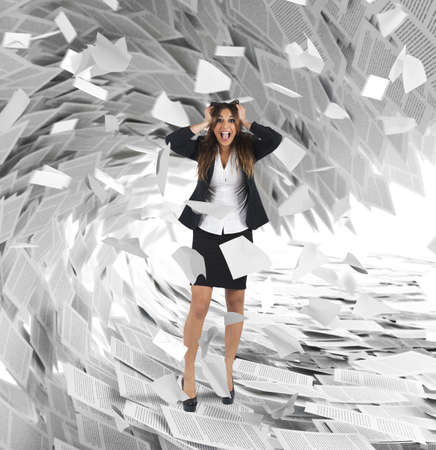 Geschäftsfrau schreit mit einer Welle von Blättern