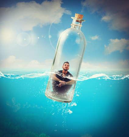 Jongen rijdt in de fles in de oceaan