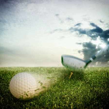 ゴルフのクラブで大きな打撃ボール 写真素材