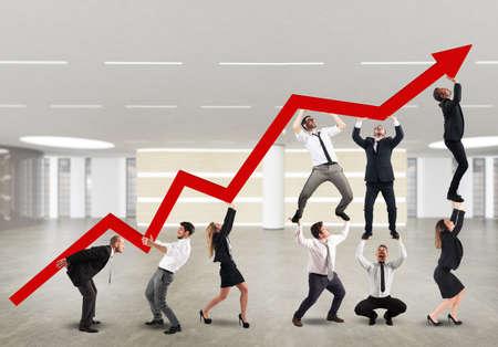 obreros trabajando: Empresario trabajando juntos para elevar una flecha