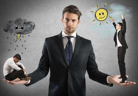 persona triste: Hombre de negocios sostiene hombre triste y uno feliz