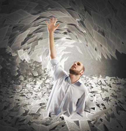muž: Muž pokryté listy žádá o pomoc