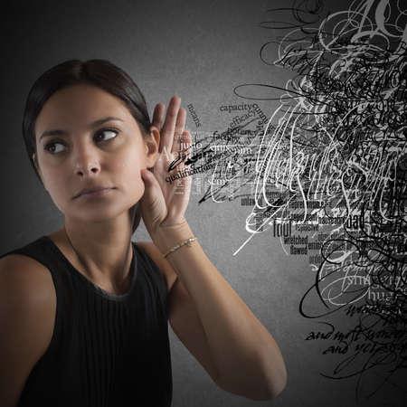 kommunikation: Konfuse Frau, um Wörter in Unordnung zu hören