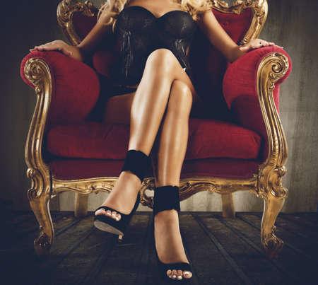 안락 의자에 앉아 란제리 여자 스톡 콘텐츠
