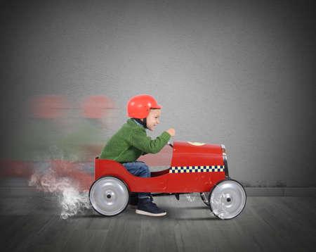 Kind met helm speelt met de auto Stockfoto