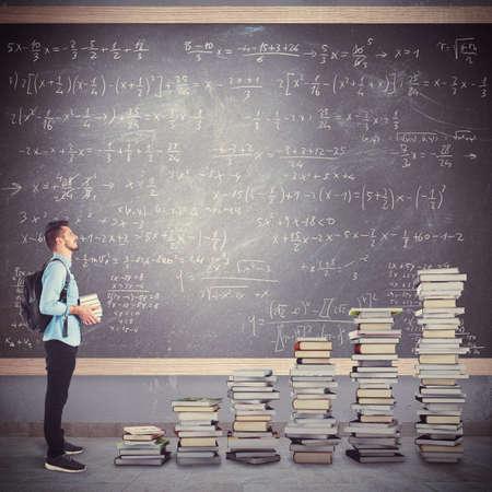 colegios: Muchacho del estudiante con la mochila con los libros escala