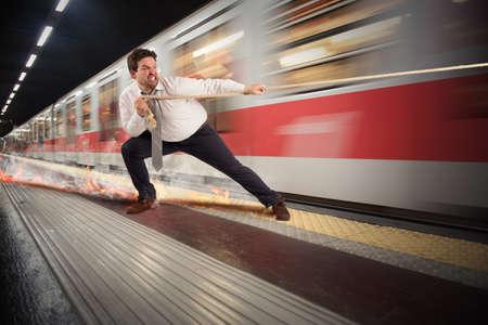 男高速列車を停止しようとしています。